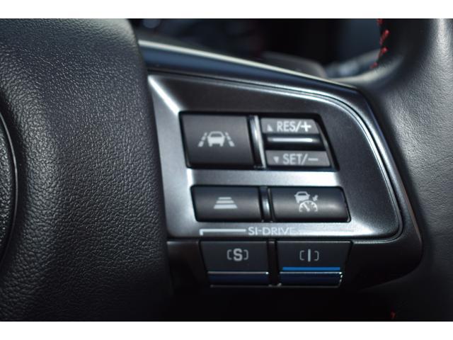 アイサイトの追従クルーズコントロールはハンドルの手元で操作できるので安心です。セットしておけばアクセル操作がほとんど不要になるので、とても楽ですよ。もちろん運転の主役はドライバーですよ!