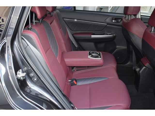 後席シートのお写真です。ドア上方が大きく開くので、頭や体が通りやすく、スムーズに乗り降りできます開口部も広いので、荷物やチャイルドシートの積み下ろしなども楽に行えます。