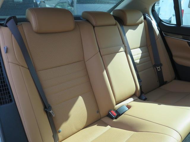 ゆったり乗れる後部座席 足もとも広く、ゆったり快適♪シートヒーター付き♪