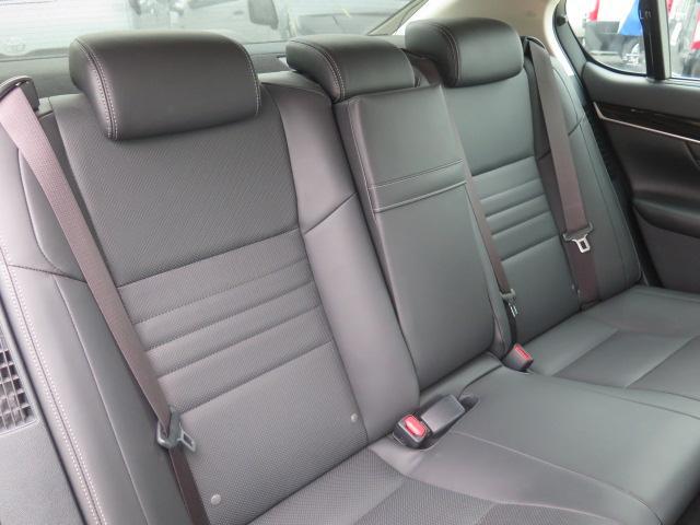 ゆったり乗れる後部座席 足もとも広く、ゆったり快適♪