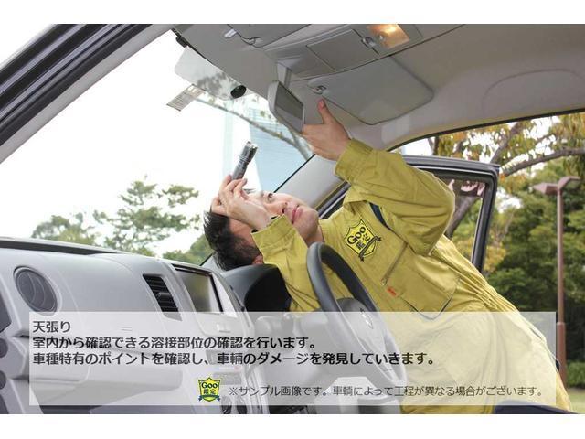 室内から確認できる溶接部位の確認を行います。車種特有のポイントを確認し、車両のダメージを発見していきます。