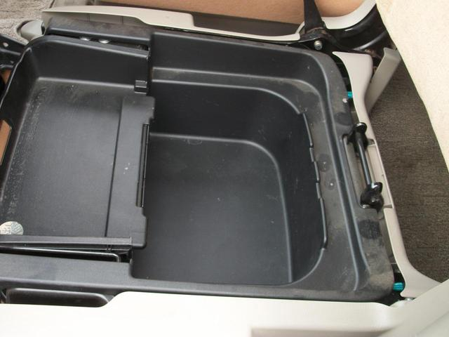 助手席の下は収納BOXになってます!