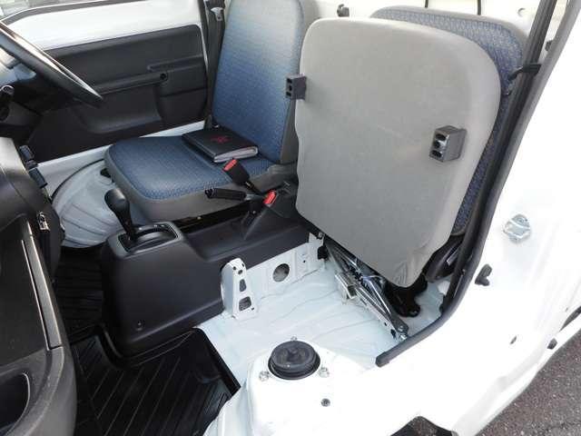 助手席シートを跳ね上げれば背の高い荷物も積むことができます。