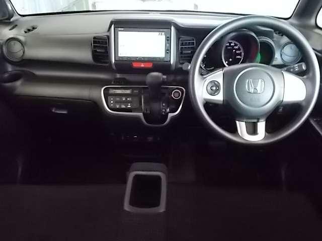 運転席回りはメーター類もシンプルで見やすいですよ♪