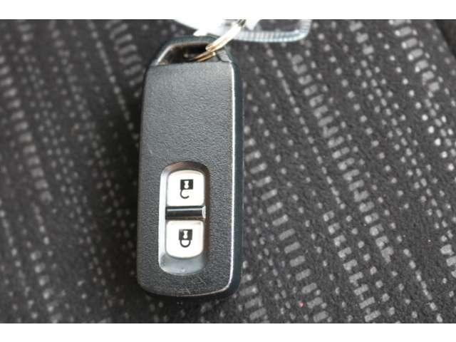 スマートキーが装備されています。携帯するだけで、鍵の施錠解錠またエンジン始動が出来るセキュリティ機能の付いたキーです。