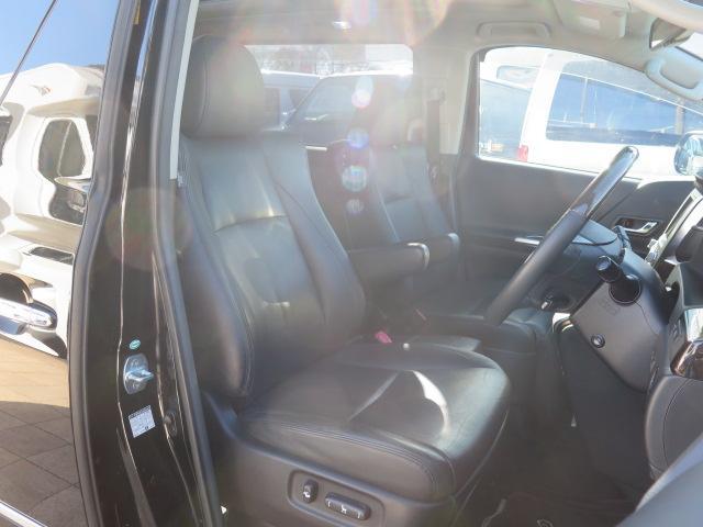 質感の良いブラックレザーシート 前席パワーシート&シートヒーター付き