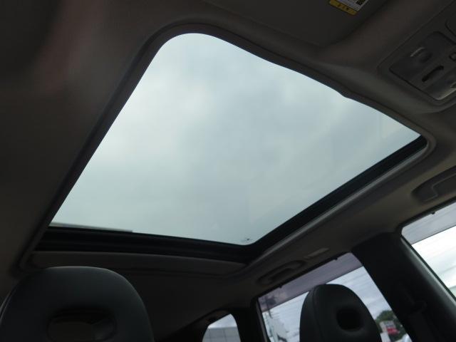 希少装備の大型サンルーフ付きで車内も明るく開放的になります♪