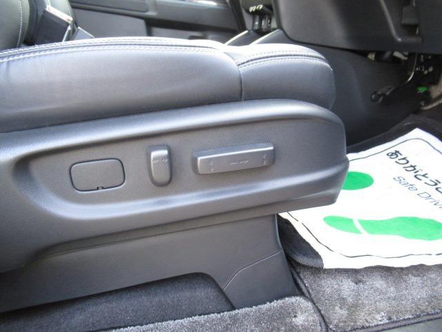 運転席はパワーシートが付いています。