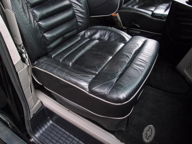 ミッドナイトバージョン専用刺繍入り黒革シート。運転席/助手席/サードシートは電動調製可能なパワーシート装備の為、細かなシートアレンジが可能となります。もちろん黒革シートに破れや切れなども御座いません