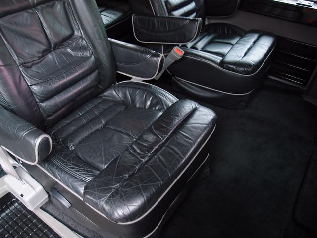 セカンドシートはキャプテンシート標準となり、ハイルーフ人気の広い室内空間となります。また、セカンドシート位置からサードシートの調整/ベッド変更もボタン一つで簡単に変更可能です。