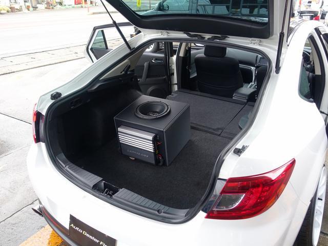 セカンドシートは用途に応じ左右独立して折り畳み可能となります。旅行やドライブ、レジャーなど用途に応じて様々なシーンでご使用いただける車両となります。トランクには高額Dxi polkaudioウーハー付