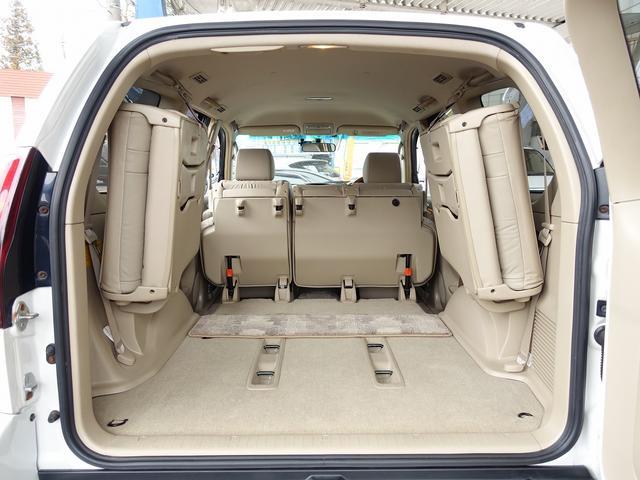 サードシートはレバー一つで簡単に跳ね上げ可能な為、女性オーナー様にも簡単にご使用頂けます。旅行やドライブ・レジャーなどにも適した一台となります。