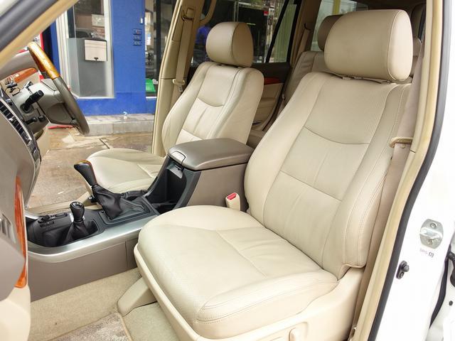 全国でも少ない革シート装備。運転席・助手席は電動にて調整可能なパワーシートにシートヒーター完備。切れや擦れなども無く大変綺麗な一台となります。お気軽にお問合せ下さいませ。