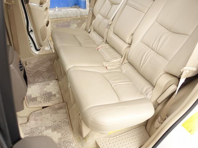 セカンドシートスペースは広く、お子様のいるご家庭にも幅広くご使用頂けます。また、レバー一つで簡単に前方折り畳み可能となり、サードシートの移動も簡単です。お気軽にお問合せ下さいませ。