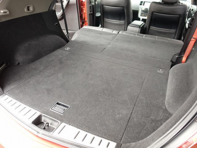 セカンドシートは用途に応じ左右独立して折り畳み可能となります。大きな荷物から長い荷物まで収納可能となり、お買い物やドライブ、レジャーにも適した一台。防犯にも役立つトノカバー付