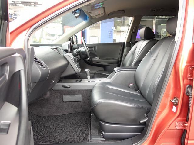 運転席は電動にて調整可能なパワーシートに、前席シートヒーター装備。人気の黒革シートも装備した弊社一押しの一台となります。安心のバックカメラ、サイドカメラも装備