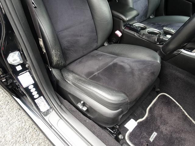運転席・助手席シートは電動にて調整可能なパワーシートにアーバンセレクション専用ハーフレザーシート装備。ストラーダ製ナビゲーションを2画面仕様に加工やバックカメラ、ETCも装備した一押しの一台