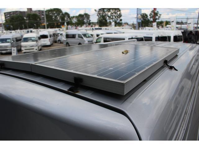 サブバッテリー充電用ソーラーパネル装備車☆キャンピング部分のバッテリーを充電してくれるので、駐車時も充電してくれますよ♪
