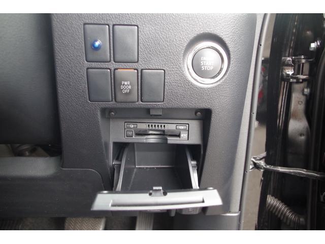 【運転席ロアボックス】収納スペースは大きくはないが外から確認しにくい場所に設置されているので、コインやカードなど貴重品を収納しておくのに、とても良い収納スペースです。ETC車載器もスッキリ収まります。
