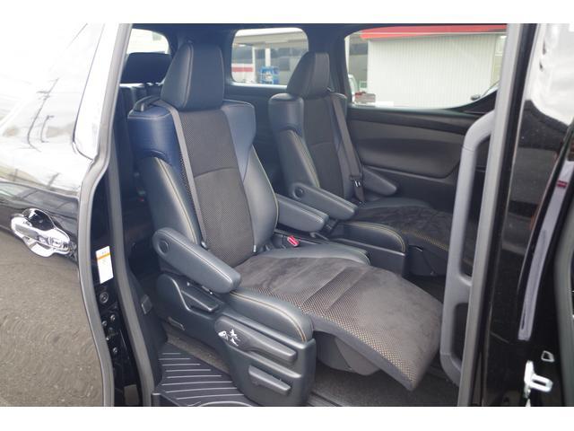 """【セカンドシート】ヴェルファイアの特別仕様車""""ゴールデンアイズ""""のシートの肩口は、ダークブルーカラーとウロコ柄のデザインを採用。"""