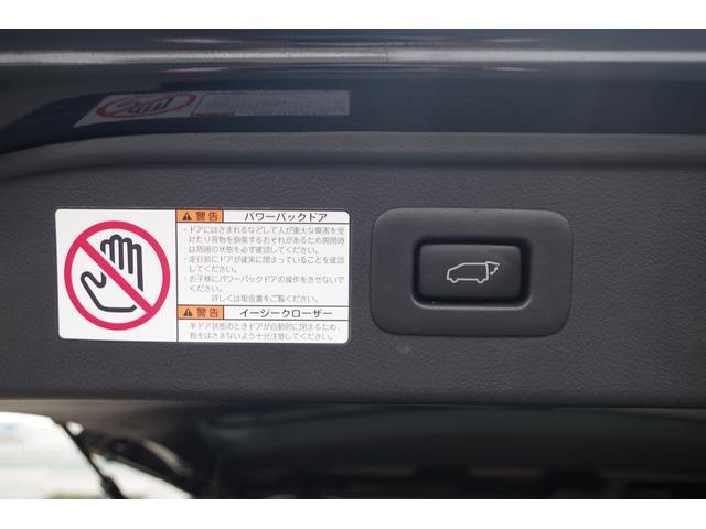 """【パワーバックドア】特別仕様車""""ゴールデンアイズ""""では、リヤゲート(荷室の扉)が自動で開閉するパワーバックドアが標準装備。荷物を持っていてもボタン一つで楽に開閉ができます。"""