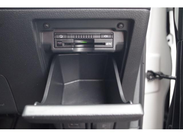 【ETC】運転席小物入れの蓋を開けるとパネル内にスッキリ収まったETC車載器。高速道路の料金所でノンストップスルー。