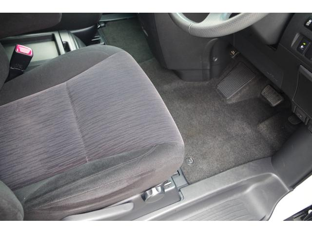 【1stシート】シート表皮はトリコットの上品な座り心地。足下も広く、上下可能なシートはドライバーの楽な姿勢でのドライビングをサポートしてくれます。助手席はオットマンつきで足を伸ばすことが可能です。