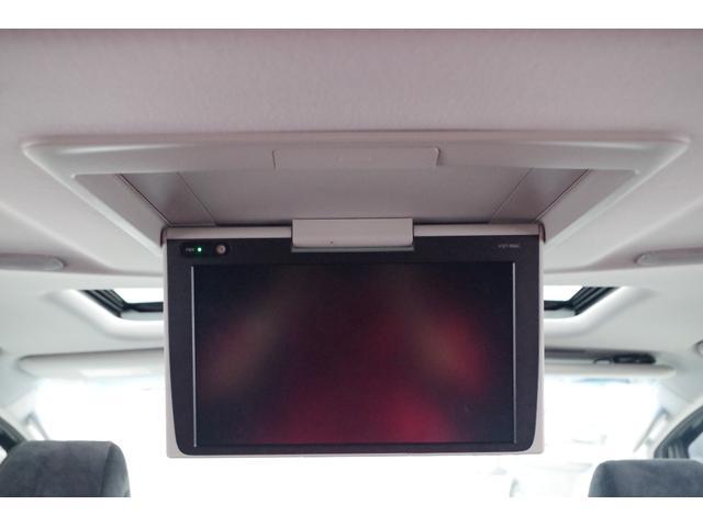 【純正12.1インチフリップダウンモニター(V12T-R66C)】後席の方も快適に。大きな画面でゆったりと映像を楽しめます。