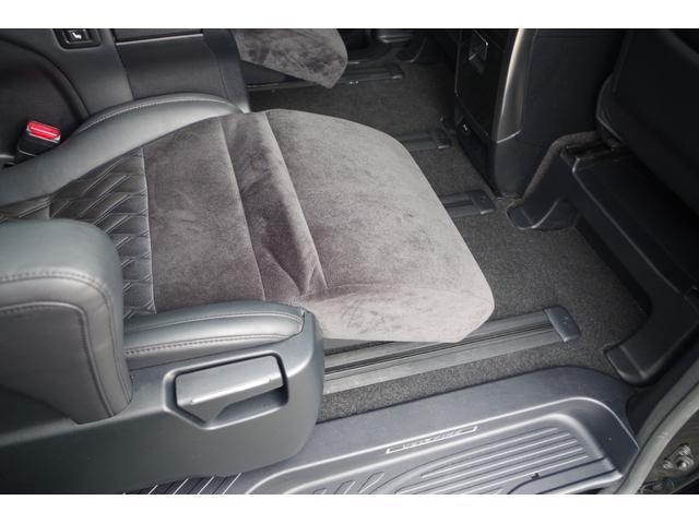 【2ndシート】まるで飛行機のビジネスシートに座っているようなエグゼクティブシート。左右独立で電動リクライニング+オットマンでゆったりでドライブ。