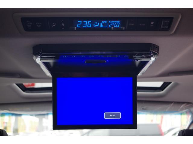 【後席モニター】社外フリップダウンモニター。後席の方も映像を見ながら快適にドライブできます。