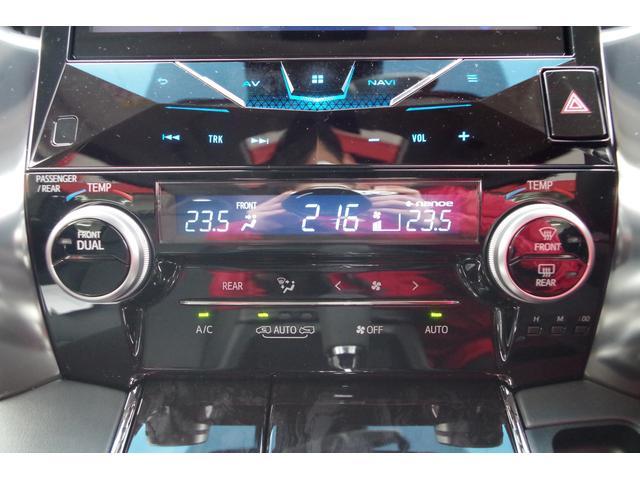 【エアコンパネル】左右独立で温度設定可能なデュアルオートエアコン装備。