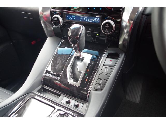 【シフトゲート】木目パネルとメッキの際立つシフトゲート。上質感際立つデザインに前席はシートヒーター/エアシート装備。