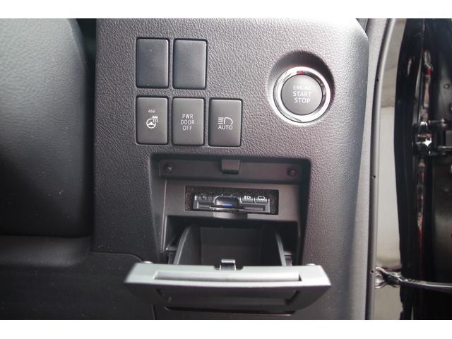 【スイッチ周り】プッシュスタート装備でスマートキーをカバンやポケットに入れておくだけでカギの施錠解錠、エンジンスタートが可能。冬場のドライブでステアリングを暖かく保ってくれるステアリングヒータ付き。