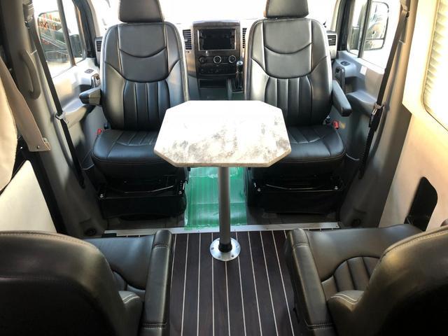 前席を回転させると4名用リビング空間が出現します。