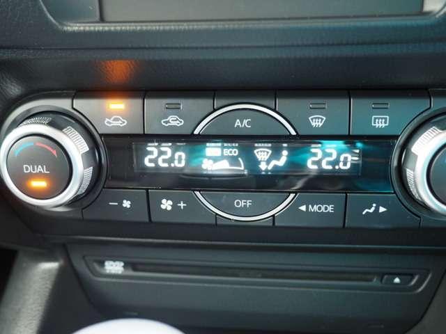 運転席助手席それぞれで温度設定が可能な左右独立温度コントロール式フルオートエアコン搭載です