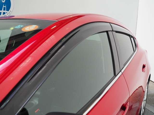 雨の日の車内の空気の入れ替えに役立つドアバイザー付きです