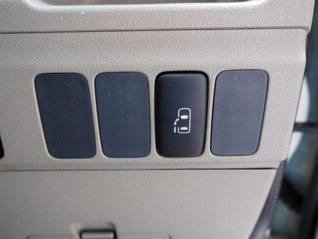 簡単操作で開け閉めラクラクの左側電動スライドドア装備です 右側スライドドアは手動開閉です