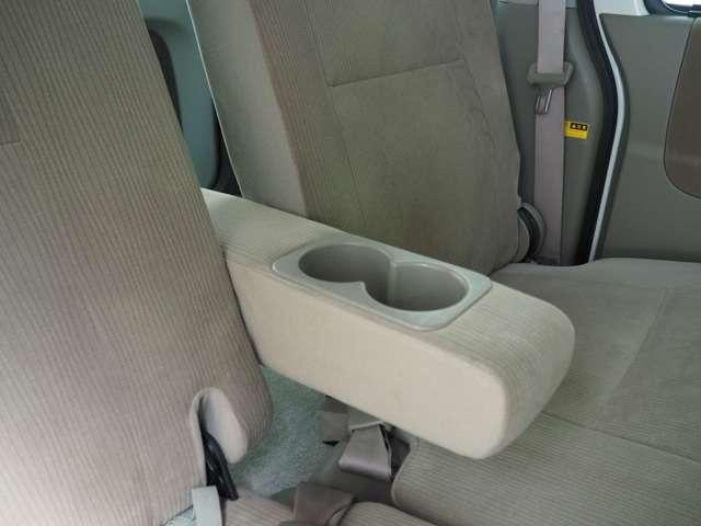 リア席用センターアームレストと使いやすいドリンクホルダーです