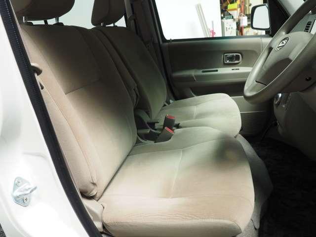 フロントベンチシートだから運転席助手席足元もゆったり広々快適です 助手席への移動も楽々です
