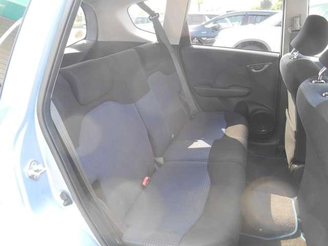 後席はリクライニング機能付き。頭上も足元もゆったりとしています。