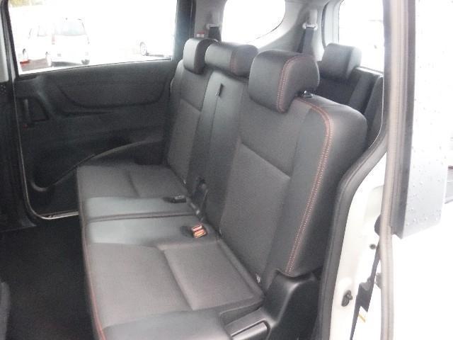 質感のあるモケット素材のサードシートは、5:5分割可倒式リクライニング機構付。