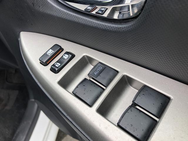 【電動格納ミラー】ボタン1つで簡単に調節操作ができます!