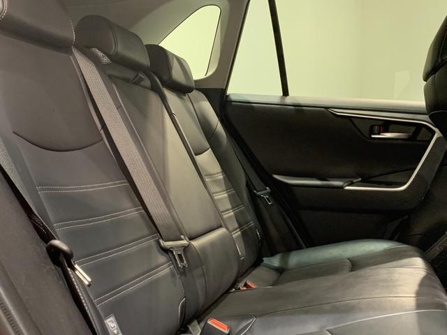 【セカンドシート】左右独立したキャプテンシートになっております♪オットマンもついていてロングドライブも快適に過ごせます!!