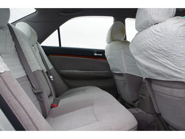 【後部座席】後部シートもとってもキレイでゆったりスペース!大人が並んで座っても余裕の広さです!
