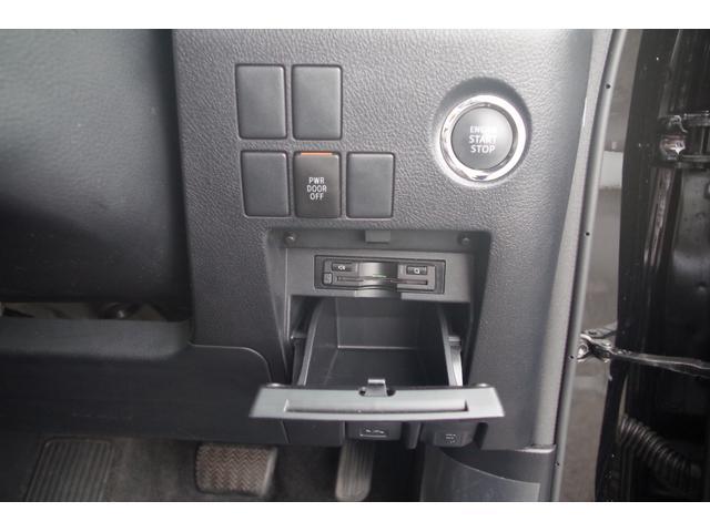 【スイッチ周り】プッシュスタート装備。カギをカバンやポケットに入れておくだけでドアの施錠解錠エンジンスタートが可能。スッキリとまとまったETC。