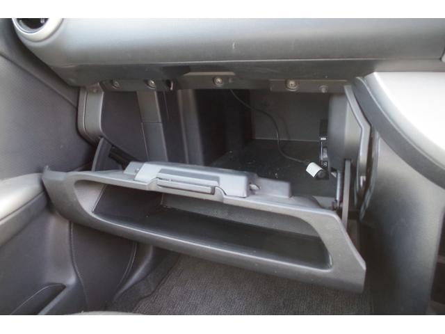 助手席側のグローブボックスには小物類の収納もとても便利です♪