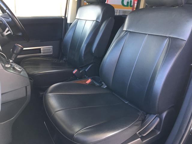 大人二人が乗ってもフロント席は広々空間♪