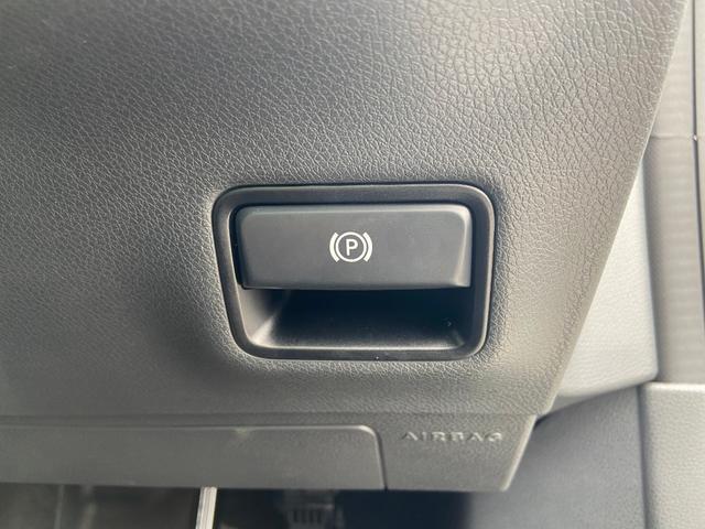 サイドブレーキは電子式!足元にスイッチがあります!