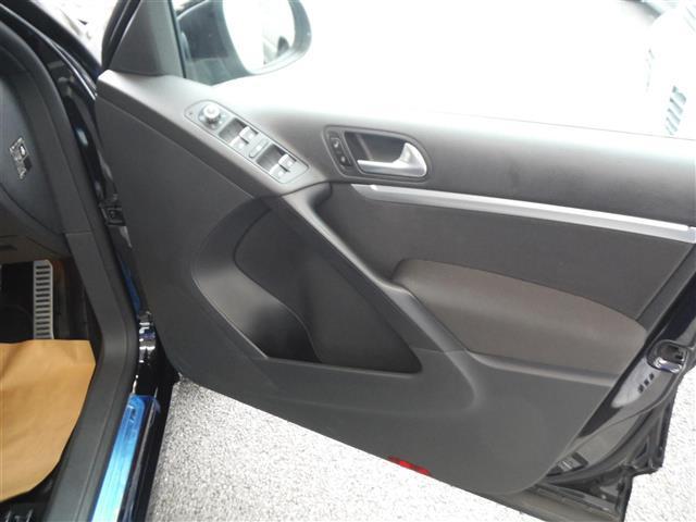 2.0TSI Rライン 4モーション 4WD 保証書 取説 純正ナビ 地デジ DVD BLUETOOTH バックカメラ ETC 純正19インチAW キセノンライト クルーズコントロール パークセンサー キーレス2個 ドライブレコーダー(6枚目)