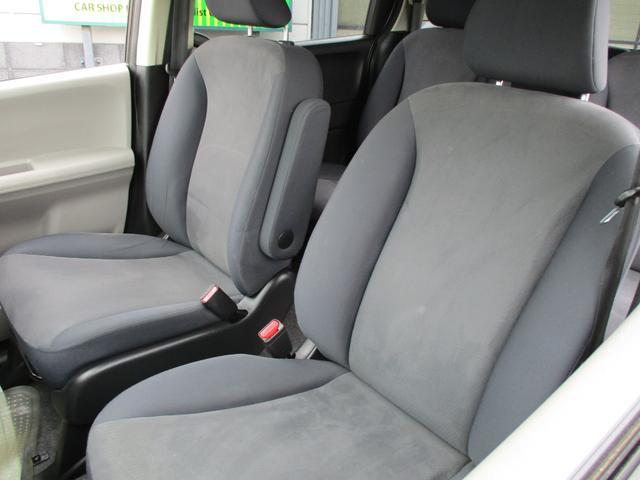ゆとりのサイズと十分な厚みで豊かな座り心地を生み、ロングドライブでも疲れにくいシートです。ウォークスルーがしやすい丸い肩、後ろの席のゆとりも考えた背面形状など、機能を踏まえながらスマートなデザイン!